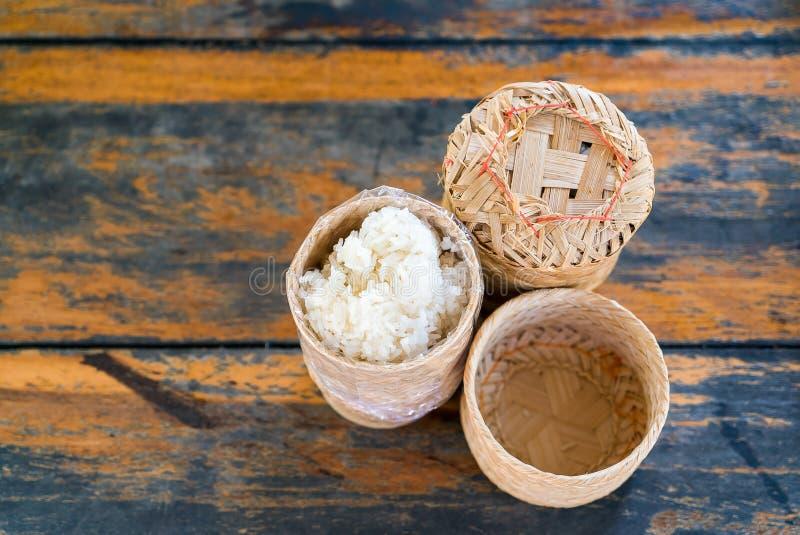 Arroz pegajoso tailandês em de madeira de bambu imagens de stock royalty free