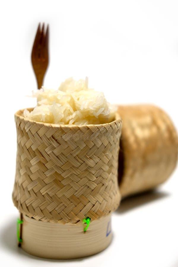 Arroz pegajoso, arroz pegajoso tailandês em uma caixa de madeira de bambu do estilo antigo fotografia de stock royalty free
