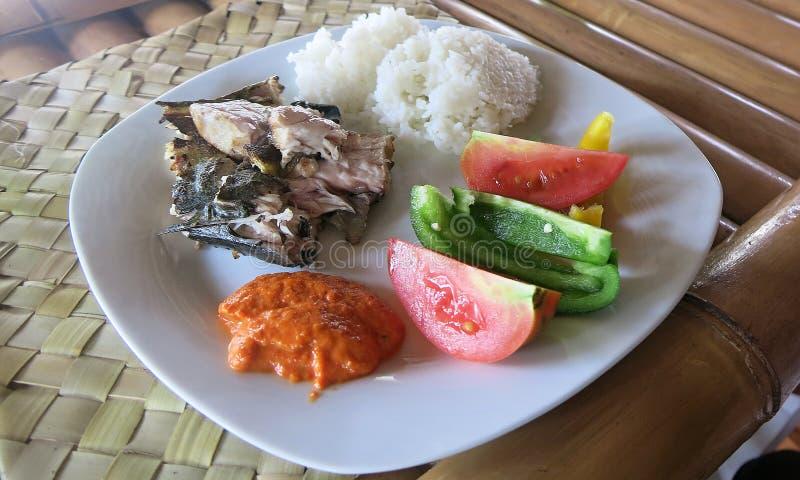 Arroz, peixes, vegetais e sambal A refei??o a mais comum em Indon?sia imagem de stock royalty free