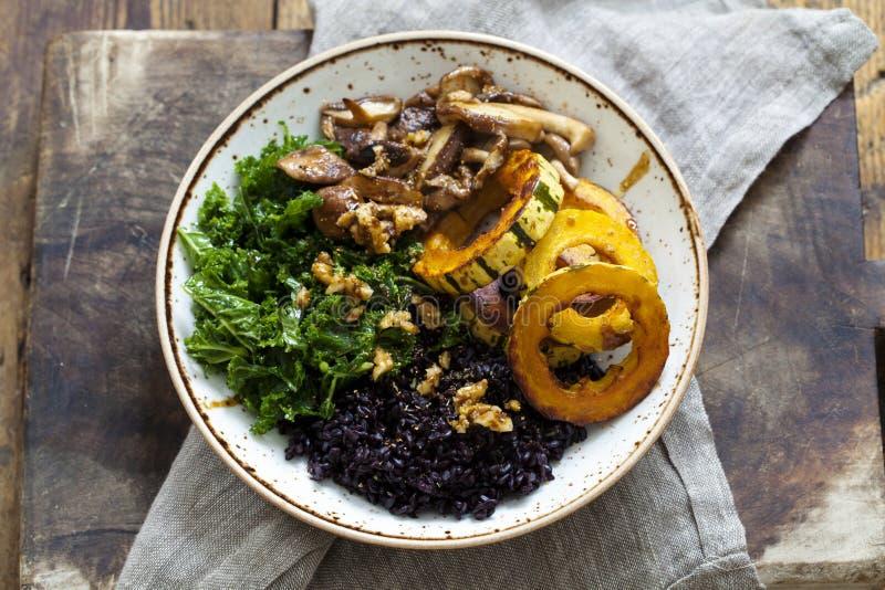 Arroz preto com polpa roasted do delicata, couve feita massagens e cogumelos de shiitake fotografia de stock