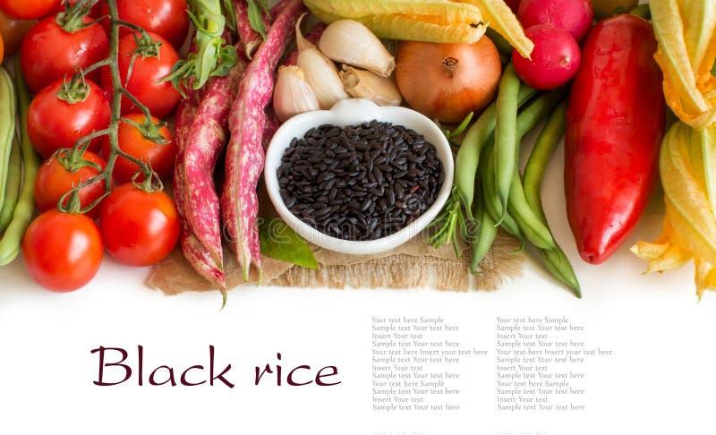 Arroz preto selvagem em uma bacia com vegetais fotografia de stock