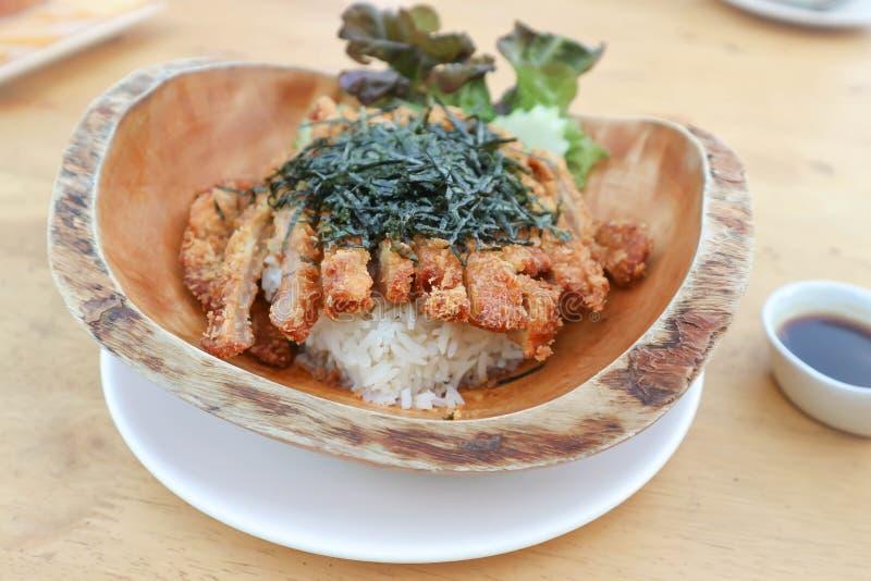 Arroz rematado con cerdo frito o Tonkatsu fotografía de archivo libre de regalías