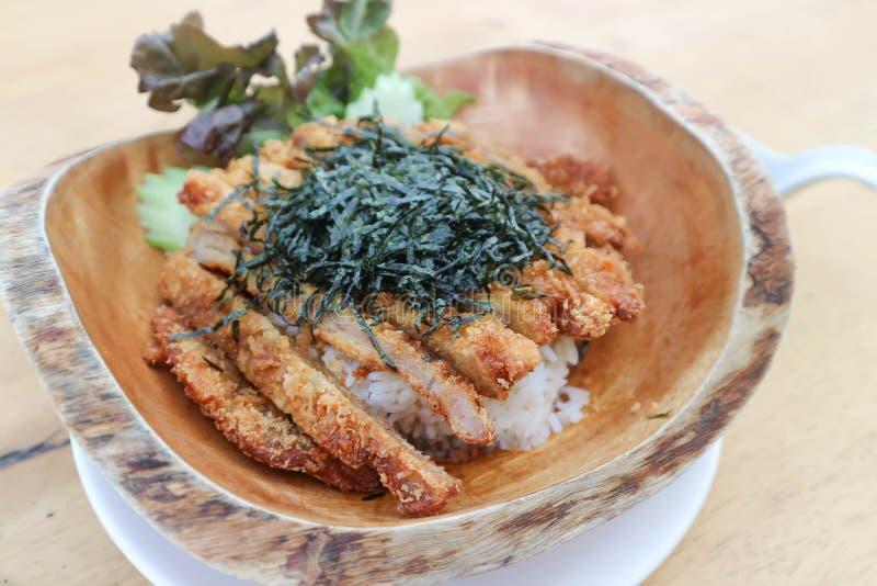 Arroz rematado con cerdo frito o Tonkatsu foto de archivo libre de regalías