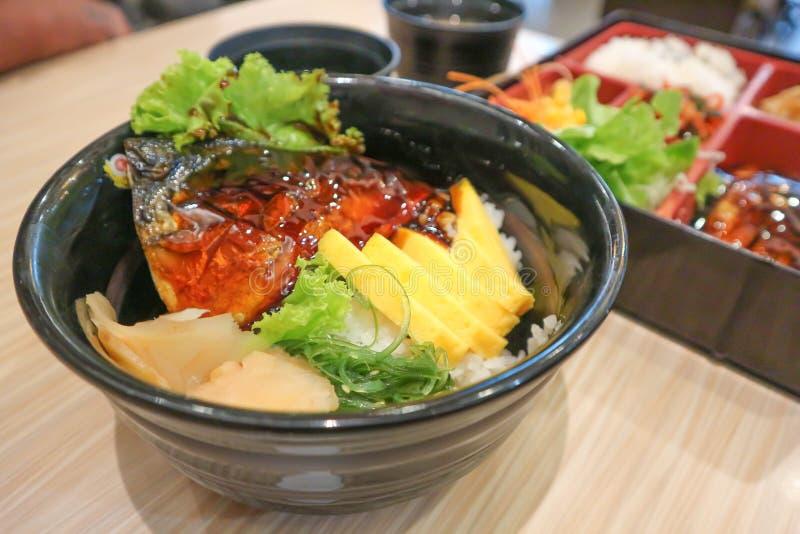 Arroz rematado con los pescados, comida japonesa fotos de archivo