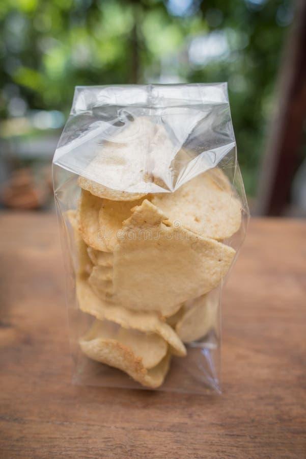 Arroz torrado tailandês no saco transparente na tabela imagens de stock royalty free