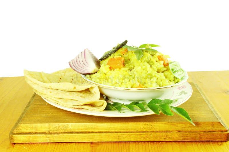 Arroz vegetal indiano - khichdi com o roti do pão da tortilha ou naan foto de stock