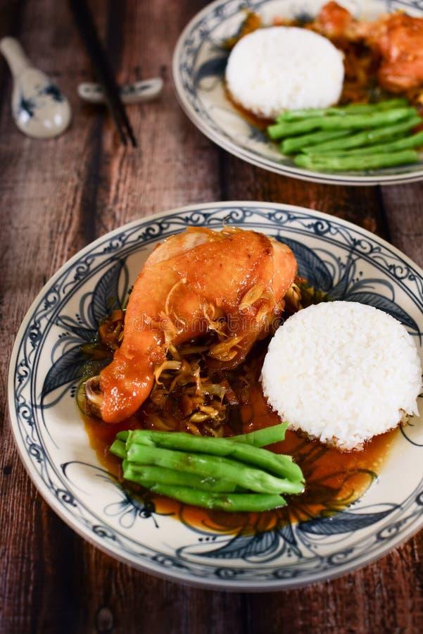 Arroz vietnamiano com pés de frango frito e os feijões verdes no t fotografia de stock royalty free