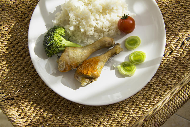 Arroz y pollo con las verduras foto de archivo