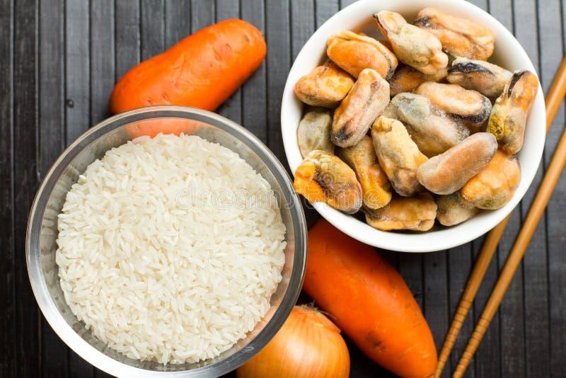 Arroz, zanahoria y mejillones, comida china fotografía de archivo libre de regalías