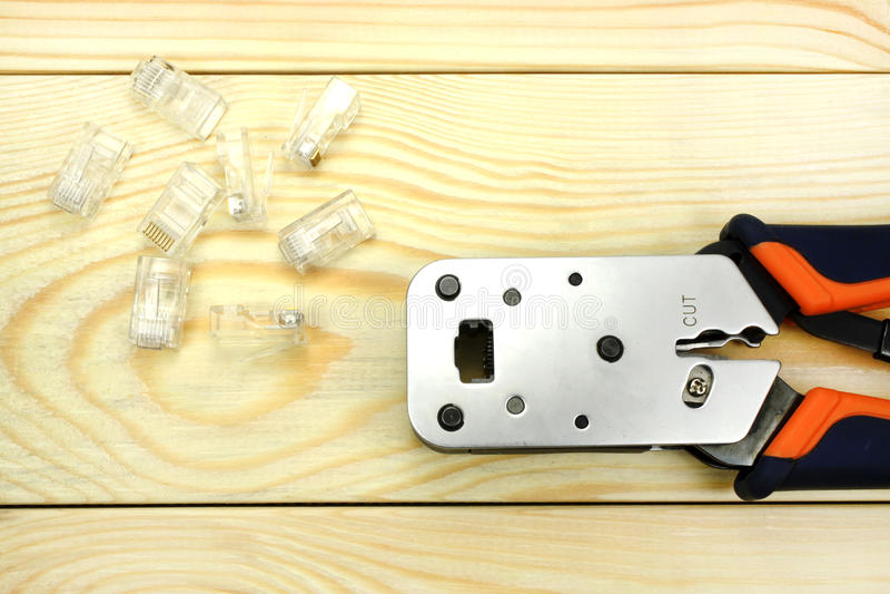 Arrugador RJ45 en una tabla de madera foto de archivo libre de regalías