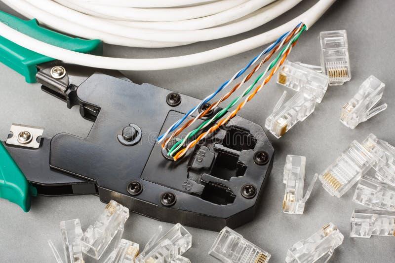 Arrugador y cable de la red imagen de archivo libre de regalías
