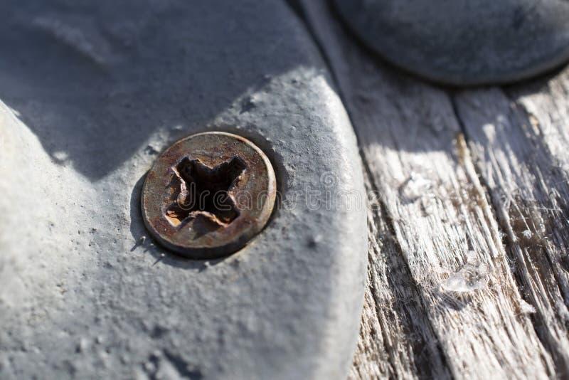 Arrugginito su metallo e sul bordo di legno scheggiato fotografia stock libera da diritti