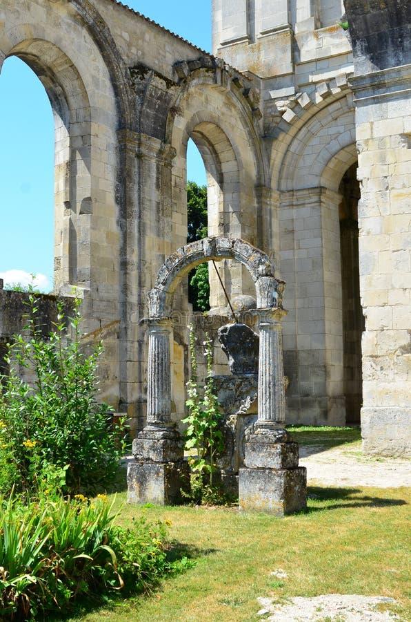 Arruina a abadia real do arround em Saint Jean d'Angely, França imagem de stock