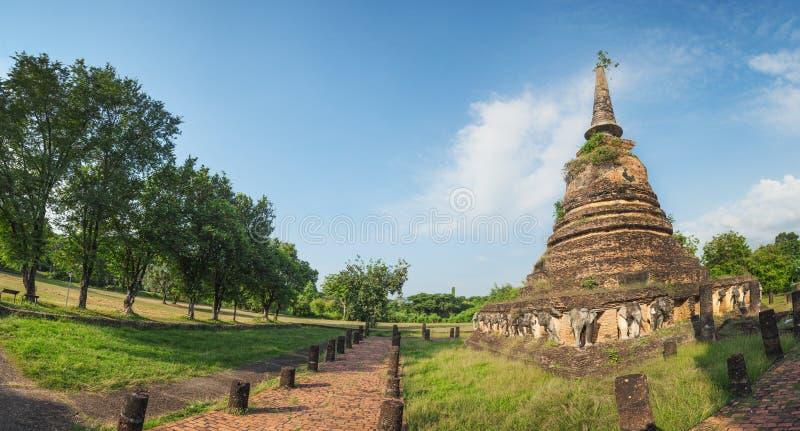 Arruina o stupa com imagens esculpidas dos elefantes Panorama tailândia imagem de stock
