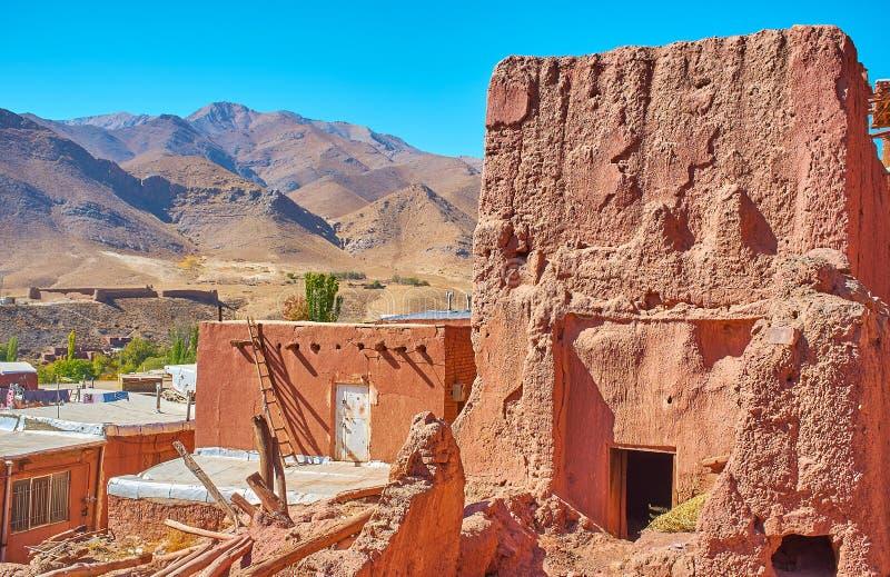 Arruinado abandonó el edificio rojo del adobe en el pueblo de Abyaneh de la terraza fotografía de archivo