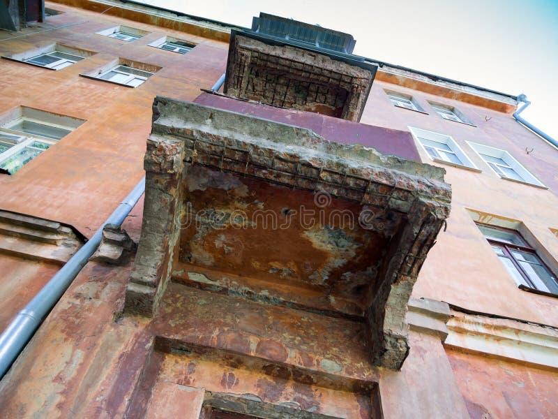 Arruinado, comenzó a derrumbarse, los balcones de la casa vieja fotografía de archivo