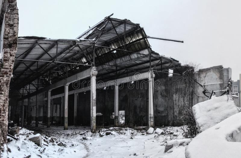 Arruinado pela guerra ou pela outra construção industrial do desastre no inverno nevoento fotos de stock