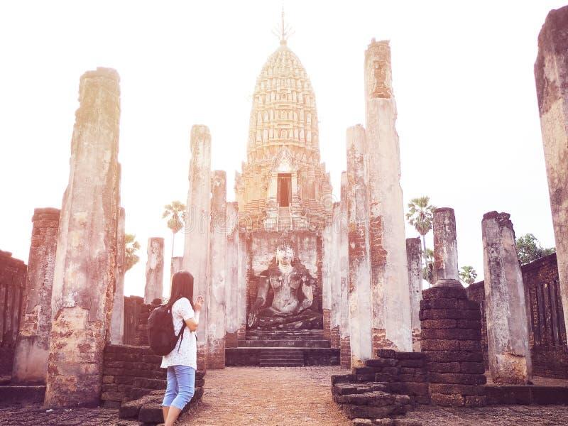 Arruine la pagoda vieja en el templo en Wat Phra Sri Rattana Mahathat, foto de archivo