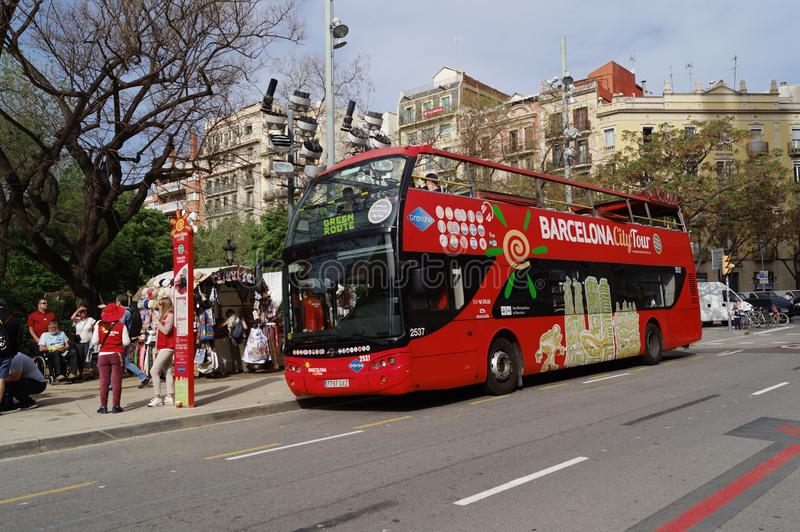Arrêt d'autobus rouge de touristes de Barcelone photos stock