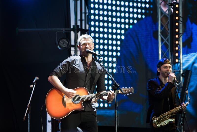 Arsen Mirzoyan bawić się gitarę, śpiewa podczas żywego koncerta przy otwarciem Roshen fontanna, Volodymyr Lebedyev, Vinnytsia, Uk zdjęcia stock