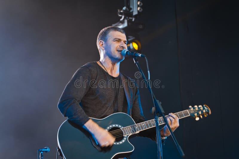 Arsen Mirzoyan, cantante de roca ucraniano, guitarra acústica, concierto vivo en Pobuzke, Ucrania, 15 07 2017, foto editorial imágenes de archivo libres de regalías