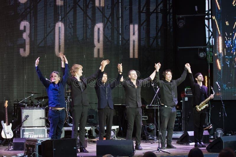 Arsen Mirzoyan et son cintrage de groupe de rock après concert à l'ouverture de fontaine de Roshen, Vinnytsia, Ukraine, 29 04 201 photos libres de droits