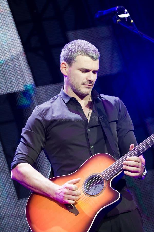 Arsen Mirzoyan toca la guitarra a solas, concierto vivo en la abertura de la fuente de Roshen, Vinnytsia, Ucrania, 29 04 2017, fo imagen de archivo libre de regalías