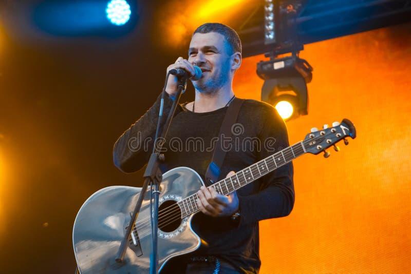 Arsen Mirzoyan z gitarą akustyczną w Pobuzke, Ukraina, 15 07 2017, redakcyjna fotografia zdjęcie stock