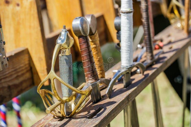 Arsenaal van zwaarden in een middeleeuwse markt stock foto