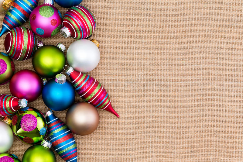 Arsenal colorido de decoraciones de la Navidad en la arpillera fotos de archivo