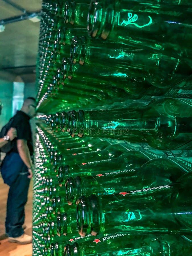 Arsenal de las botellas verdes en el viaje de la cervecería de Heineken, Amsterdam fotografía de archivo