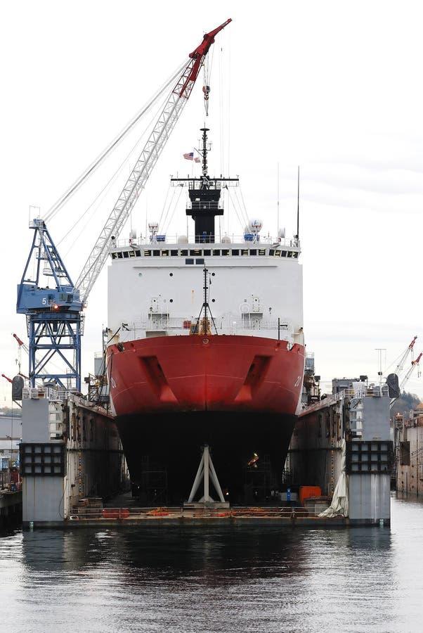 Arsenal de Marinha e navio de carga fotografia de stock royalty free