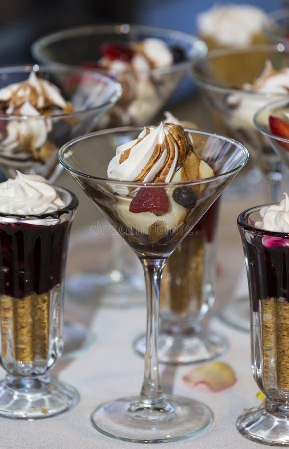 Arsenal delicioso de postres de la boda en una comida fría foto de archivo