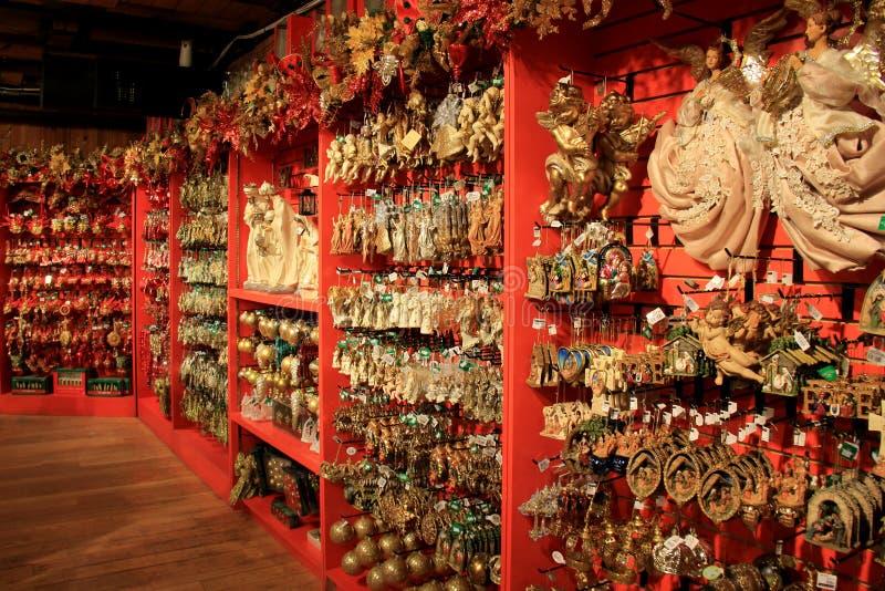 Arsenal extenso de ornamentos del día de fiesta en la exhibición en la tienda de la Navidad, Faneuil Pasillo, Boston, 2016 imagenes de archivo