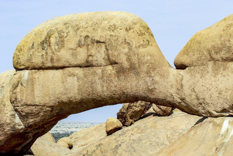 Arsenal natural de los afloramientos calvos y del arco de piedra Spitzkoppe del granito fotografía de archivo