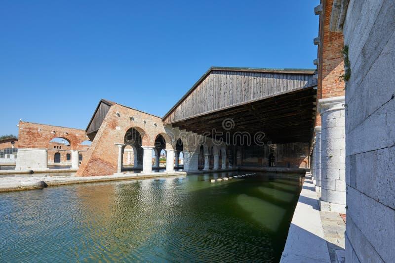 Arsenal veneciano con los muelles, el canal ancho y la arcada en Venecia, Italia foto de archivo