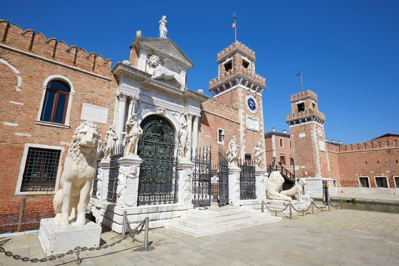 Arsenale Di Venezia muren en witte standbeelden in Venetië, Italië royalty-vrije stock foto