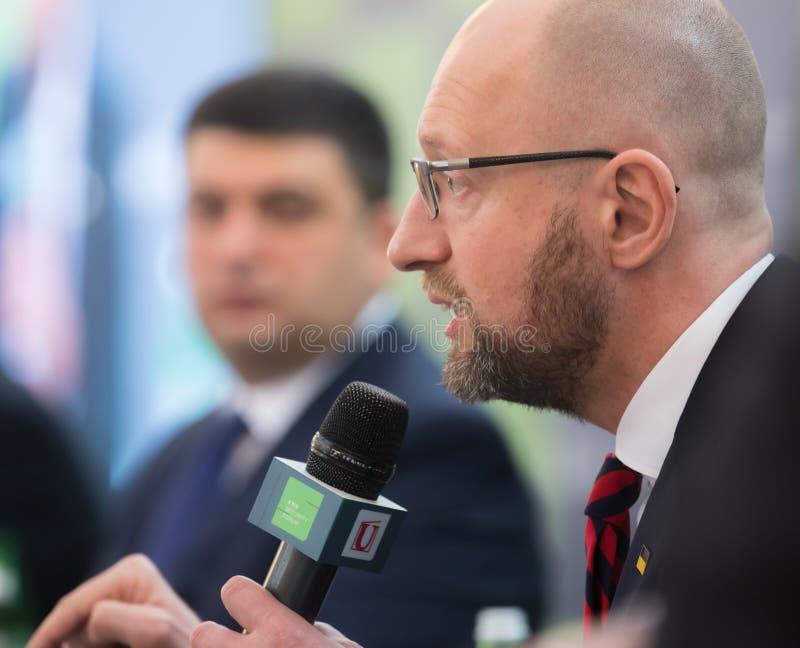 Arseniy Yatsenyuk tijdens 10de Kyiv-Veiligheidsforum stock afbeelding