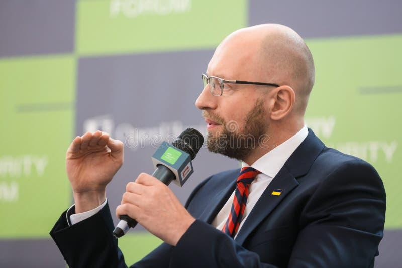Arseniy Yatsenyuk tijdens 10de Kyiv-Veiligheidsforum stock afbeeldingen