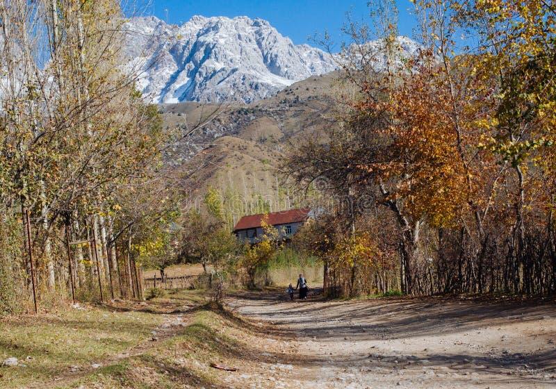 ARSLANBOB, KIRGISISTAN: Ansicht von Arslanbob-Dorf in Süd-Kirgisistan, mit Bergen im Hintergrund während des Herbstes stockbilder