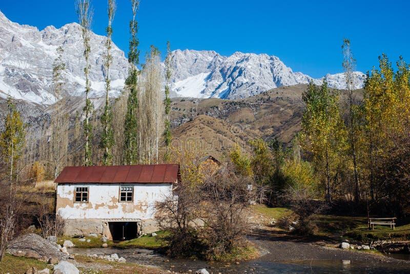 ARSLANBOB, KIRGUISTÁN: Vista del pueblo de Arslanbob en Kirguistán meridional, con las montañas en el fondo durante otoño fotografía de archivo libre de regalías