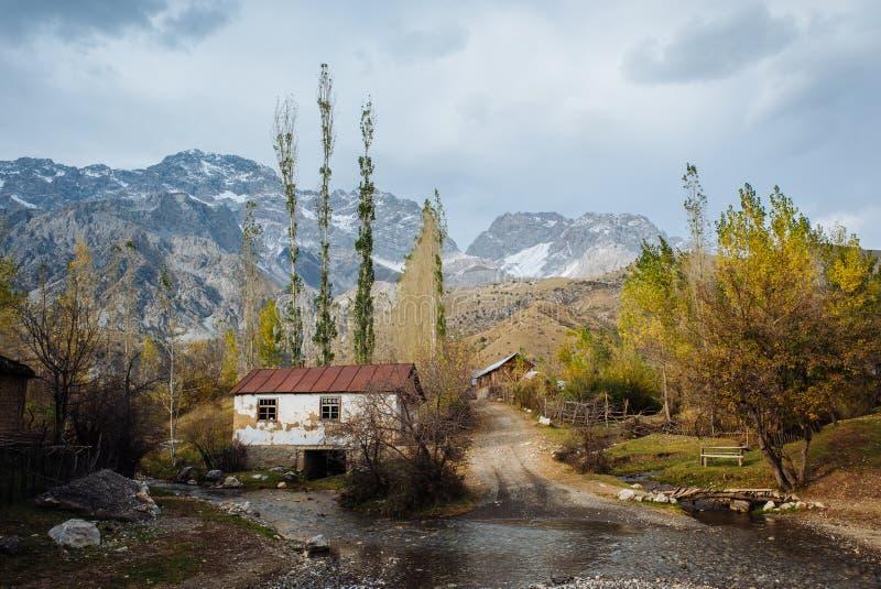 ARSLANBOB, KYRGYZSTAN: Weergeven van Arslanbob-dorp in zuidelijk Kyrgyzstan, met bergen op de achtergrond tijdens de herfst royalty-vrije stock foto's