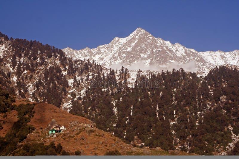 Artères de trekking de neige par l'intermédiaire de Triund, Kangra, Inde images stock