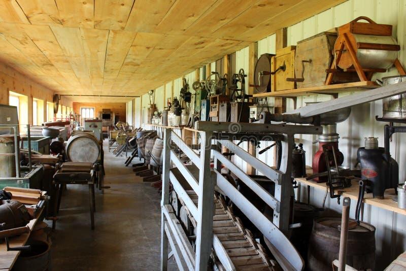 Artículos antiguos e interesantes en el museo de la granja, destacando el apogeo en la lechería, Central New York, 2019 foto de archivo
