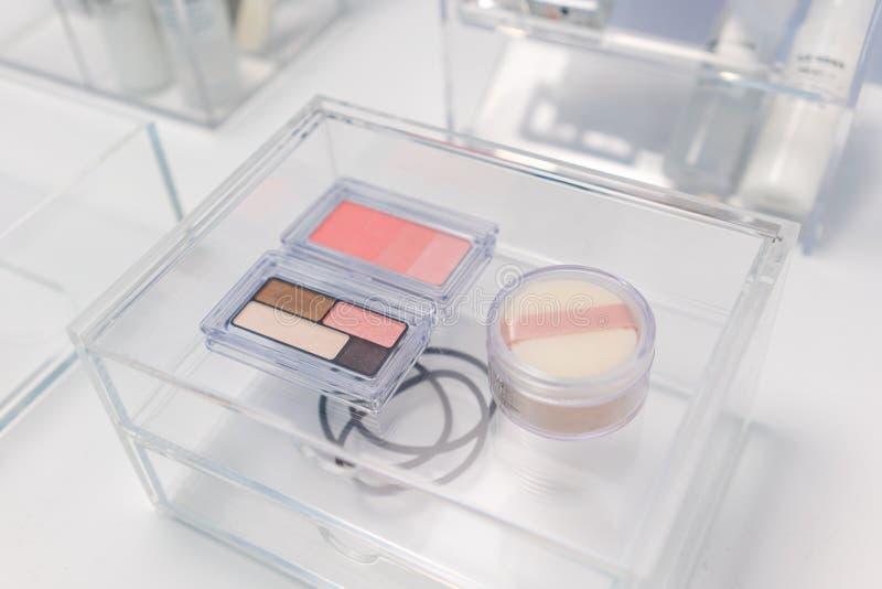 Artículos cosméticos del maquillaje en el cajón del beaut de acrílico transparente imágenes de archivo libres de regalías