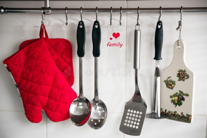 Artículos de cocina en el top del trabajo en cocina moderna, foto de archivo