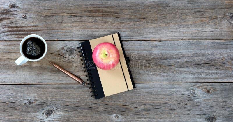 Artículos de escritorio tradicionales con la comida y la bebida en la mesa rústica imágenes de archivo libres de regalías