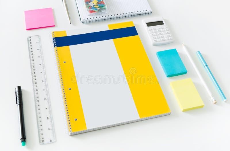 Artículos de la oficina en un escritorio imagen de archivo libre de regalías