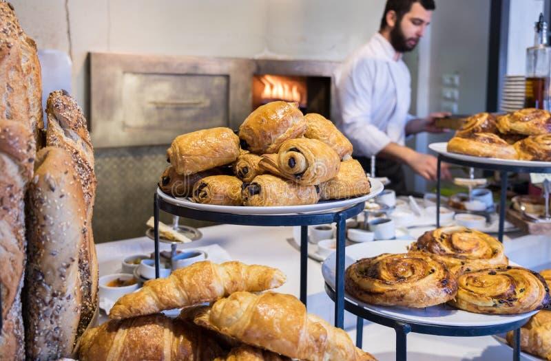 artículos de panadería exhibidos en poco contador de s del ` del café foto de archivo libre de regalías