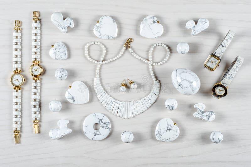 Artículos de piedra semipreciosos de la joyería hechos del howlite blanco imagen de archivo libre de regalías